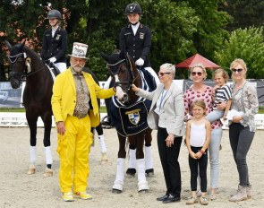 "Isabell Dülffer with her eight year old Hanoverian stallion Ben Kingslay accepting their hard earned congratulations: From left: ""Master of the rings"" Pedro Cebulka, Cornelia Hinsch, Diana, Emma and Lily Kasselmann"
