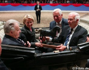 Legendary auctioneer Uwe Heckmann, EU commission president Ursula von der Leyen, Ullrich Kasselmann, and President of the Oldenburger Verband Wilhelm Weerda :: Photo © LL-foto