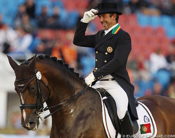 Daniel Pinto saluting the judges by removing his top hat at the 2017 European Dressage Championships in Gothenburg :: Photo © Astrid Appels