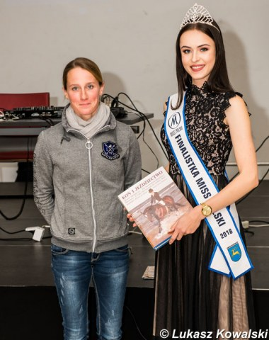 Helen Langehanenberg at the prize giving with a Miss Poland finalist