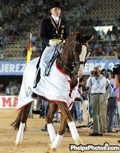 Nadine Capellmann and Farbenfroh doing their lap of honour (photo © Mary Phelps)