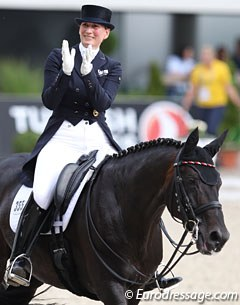 Anabel Balkenhol had her Trakehner stallion Heuberger more supple through the back in the extensions