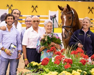 Top priced horse Semino JU with his new owners from the Stud Sola Nogales. :: Photo © Juliane Fellner